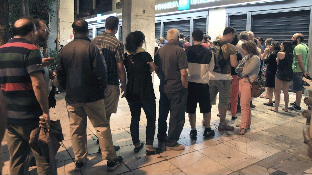 Los griegos saben muy bien lo que implica un corralito: colas en cajeros y bancos cerrados. (Foto: EFE)