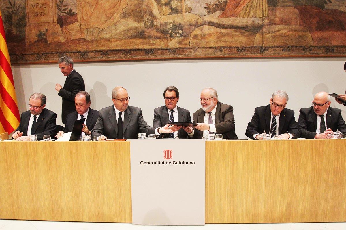 Joan Reñé firma un convenio sobre formación con el president Artur Mas (Foto: EFE)