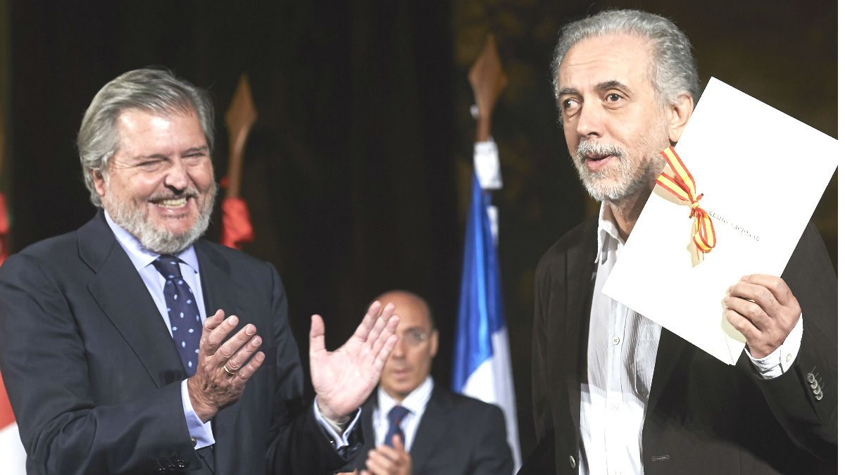Fernando Trueba recogiendo el Premio Nacional de Cinematografía de manos del ministro de Cultura, Íñigo Méndez de Vigo (Getty)