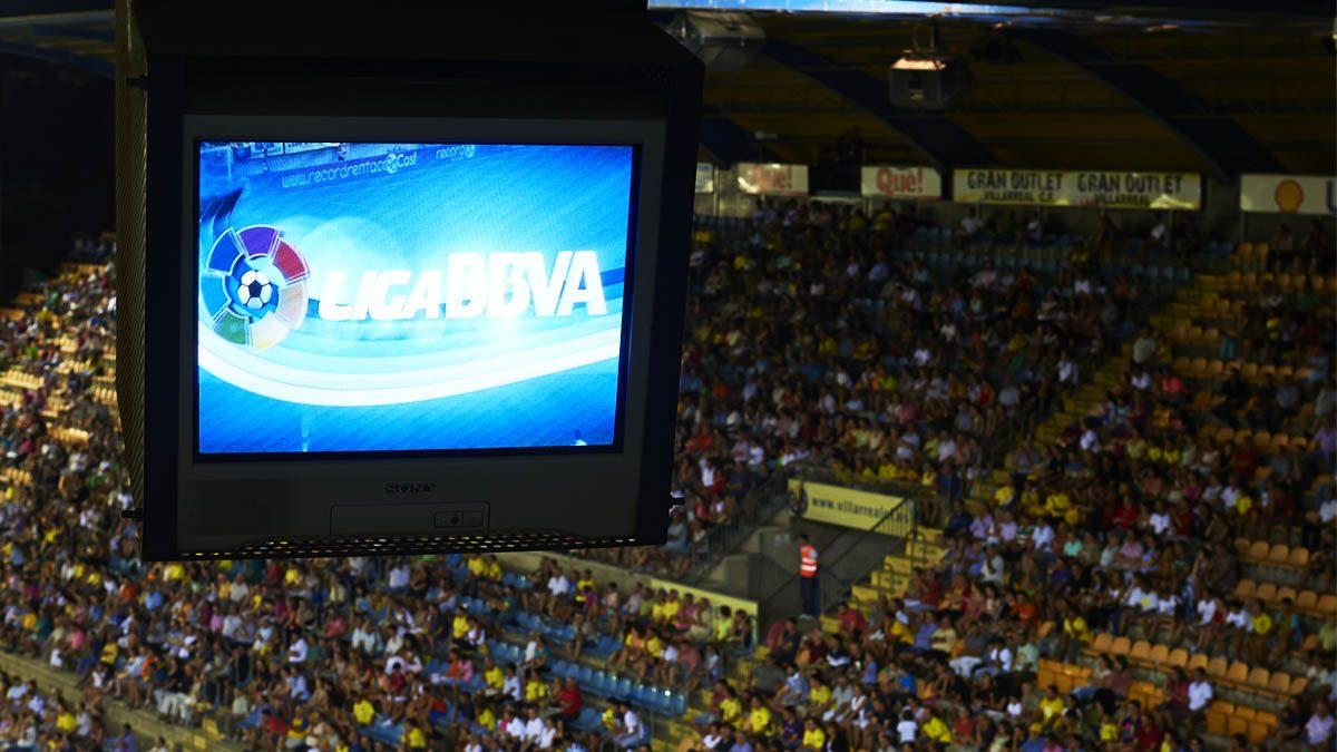 Estado de El Madrigal, el Villarreal, con el logo del patrocinador de La Liga estos últimos años (Foto: Getty)