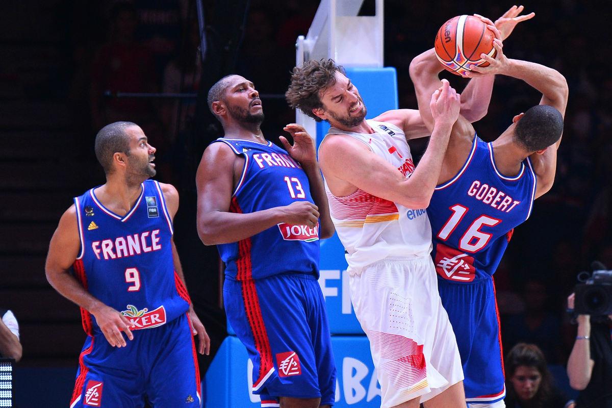 Pau Gasol pelea por un rebote ante tres jugadores de la selección de Francia en el último Eurobasket. (Getty)