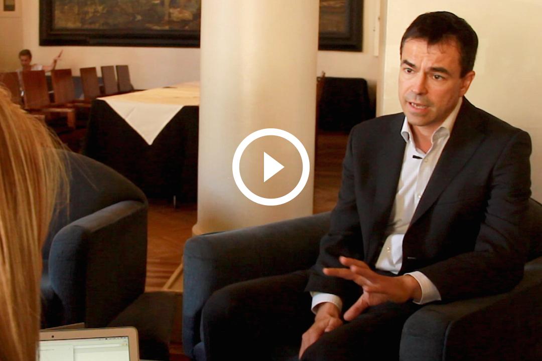 El líder de  UPyD, Andrés Herzog en un momento durante la entrevista con Okdiario. (Foto: Enrique Falcón)
