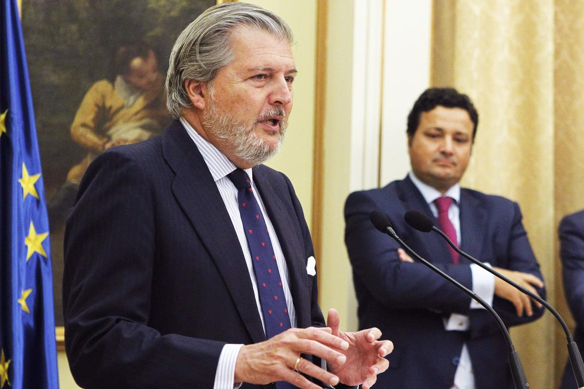 El Ministro Íñigo Méndez de Vigo, en la toma de posesión del nuevo director de Deportes, al fondo. (Foto: EFE)