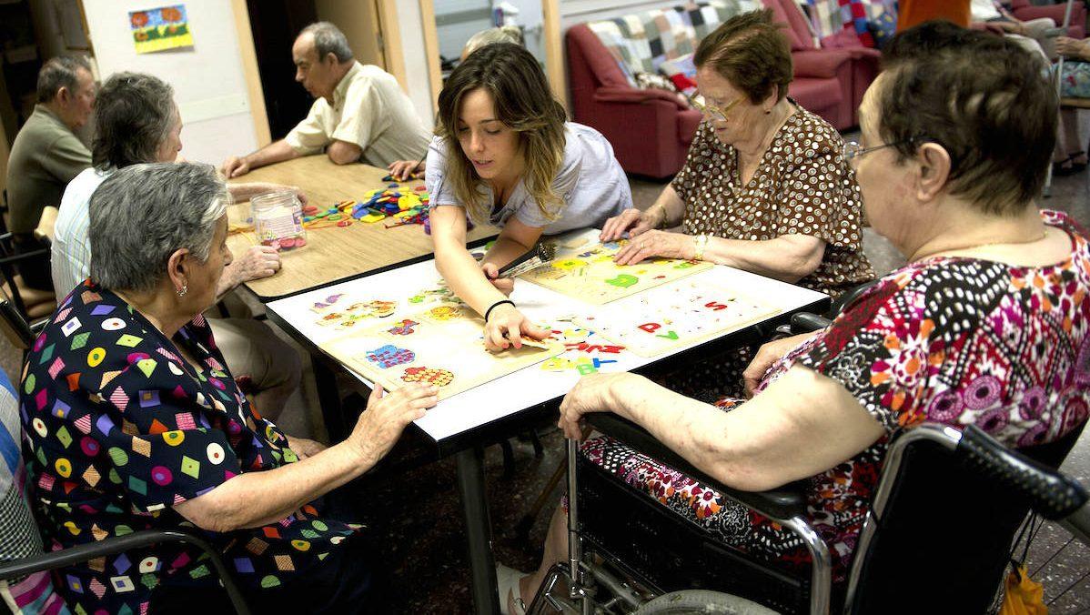 Un grupo de jubilados en un centro de día. (Foto: GETTY)