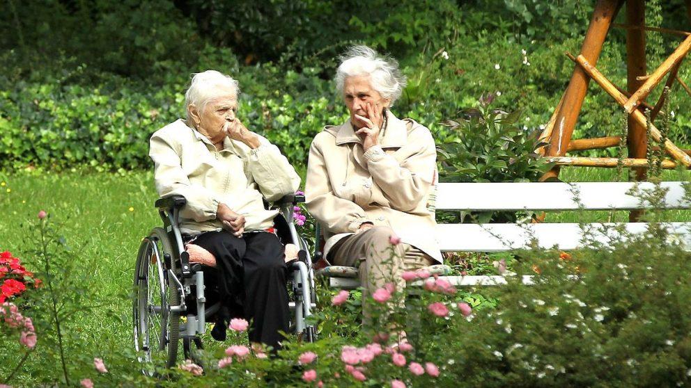 Dos personas jubiladas charlando en un parque (Foto: GETTY).