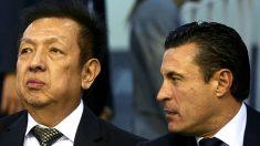 Peter Lim, junto a Amadeo Salvo en el palco de Mestalla. (Getty)