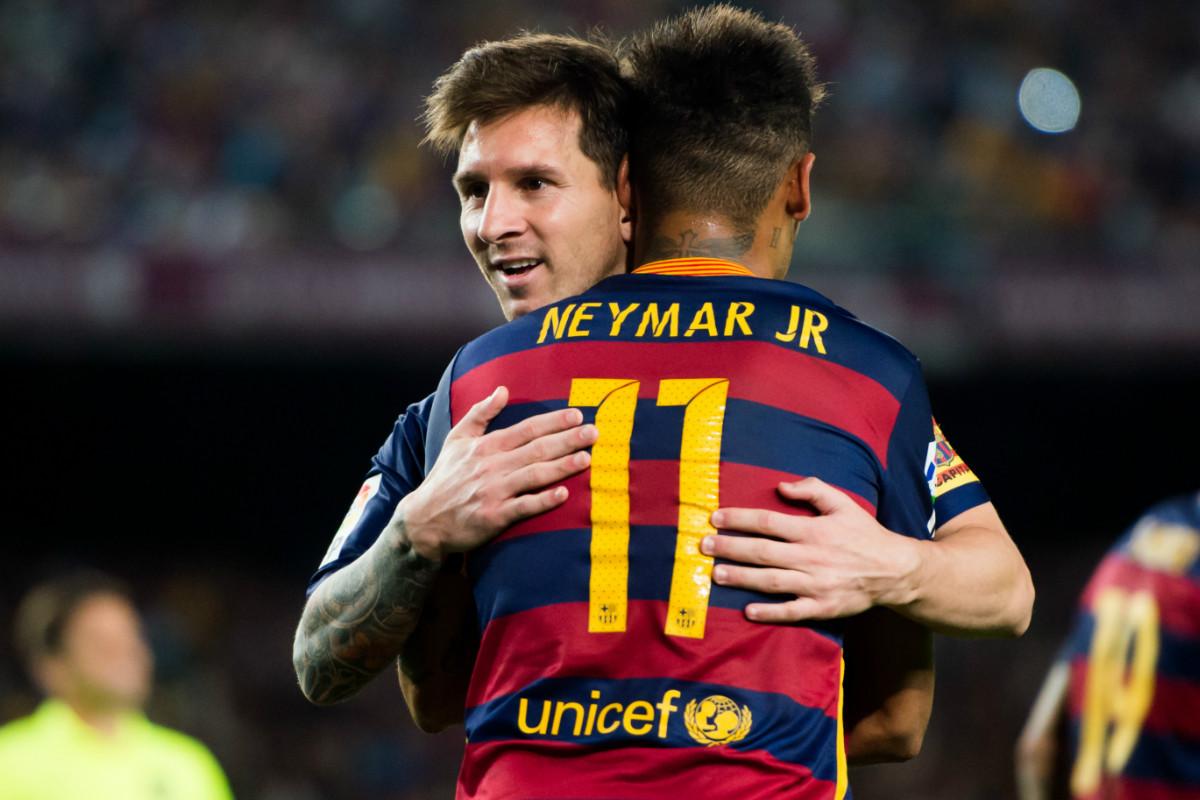 Messi abraza a Neymar, su principal socio en la delantera del Barcelona.