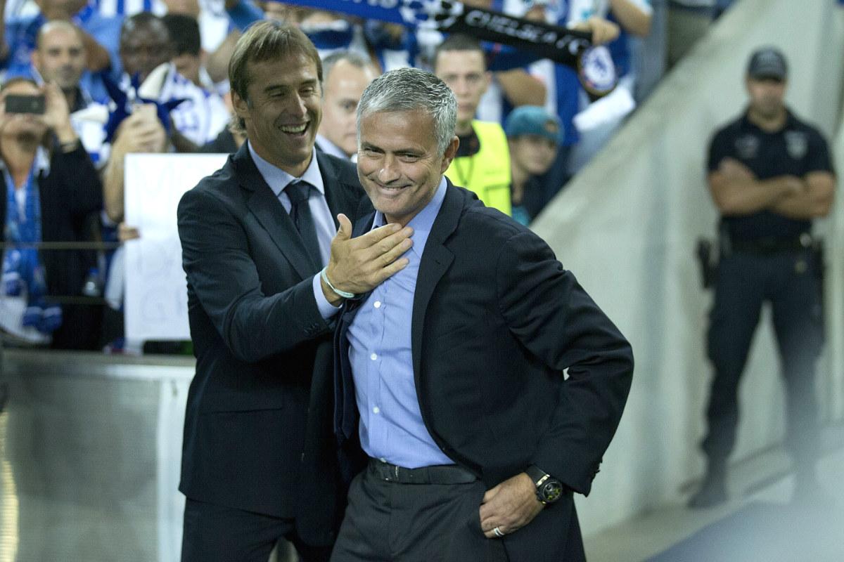 Lopetegui saluda a Mourinho justo antes del inicio del partido.