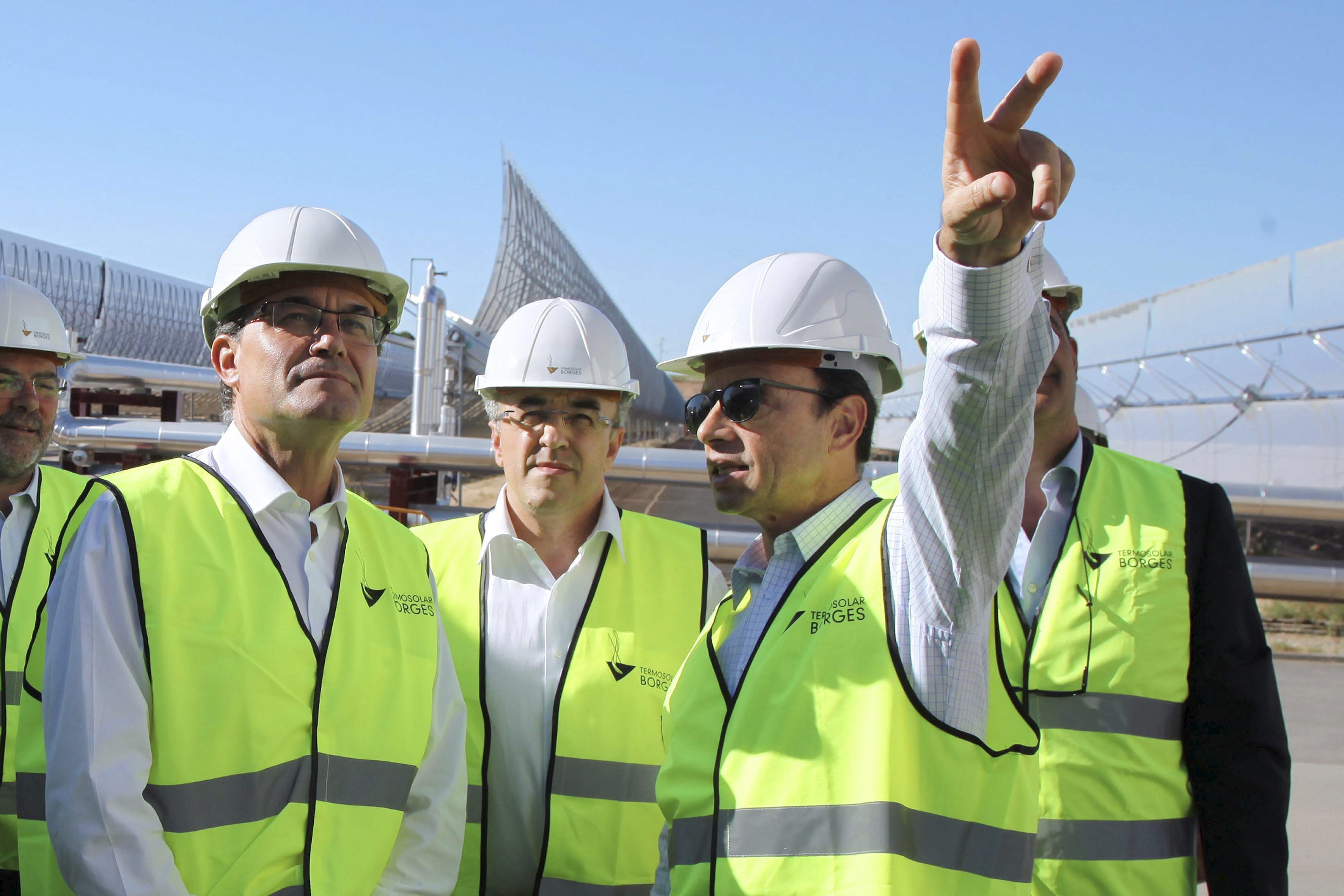 El presidente Artur Mas, junto a Joan Reñé (a la izquierda), en una visita a las obras de la central termosolar