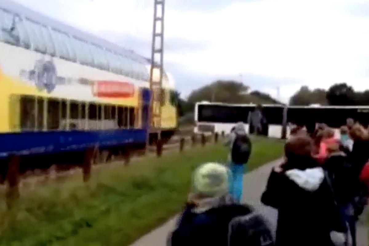 Momento en el que el tren arrolla al autobús