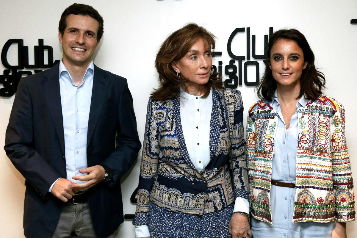Pablo Casado junto a Paloma Segrelles y Andrea Levy. (Foto: EFE)
