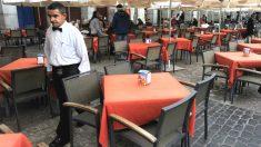 Un camarero trabaja en la terraza de un bar (Foto: GETTY).