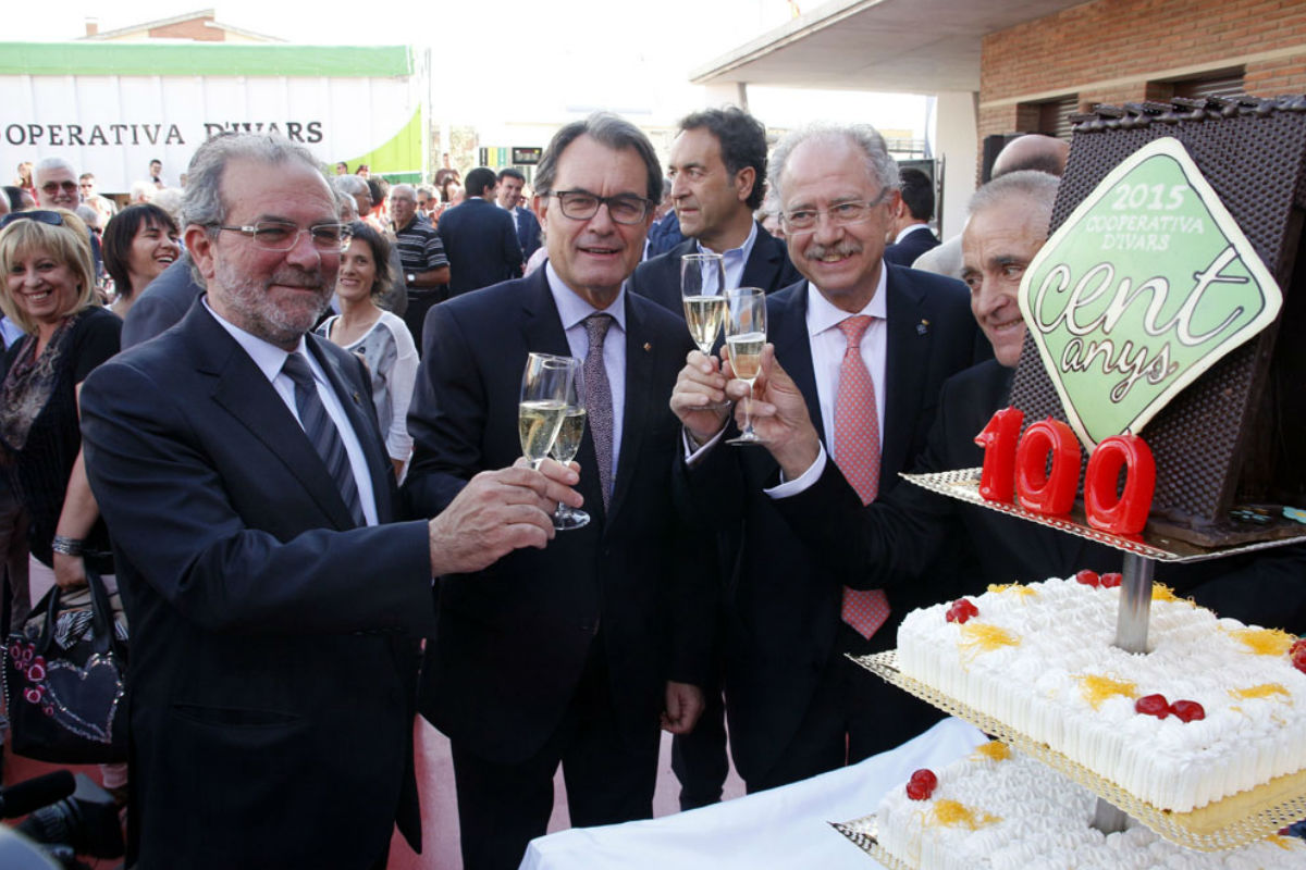 Reñé y Artur Mas brindan en una celebración de la Cooperativa de Ivars