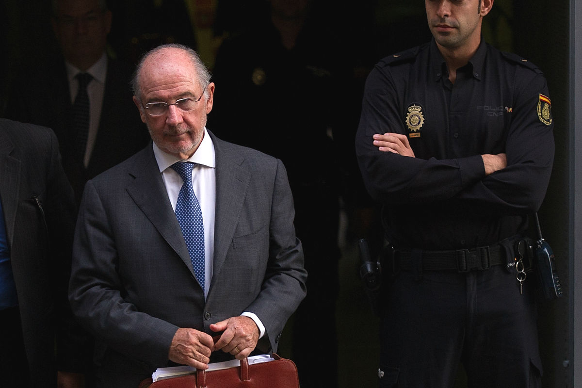 Rodrigo Rato saliendo de la Audiencia. (Foto: Getty)