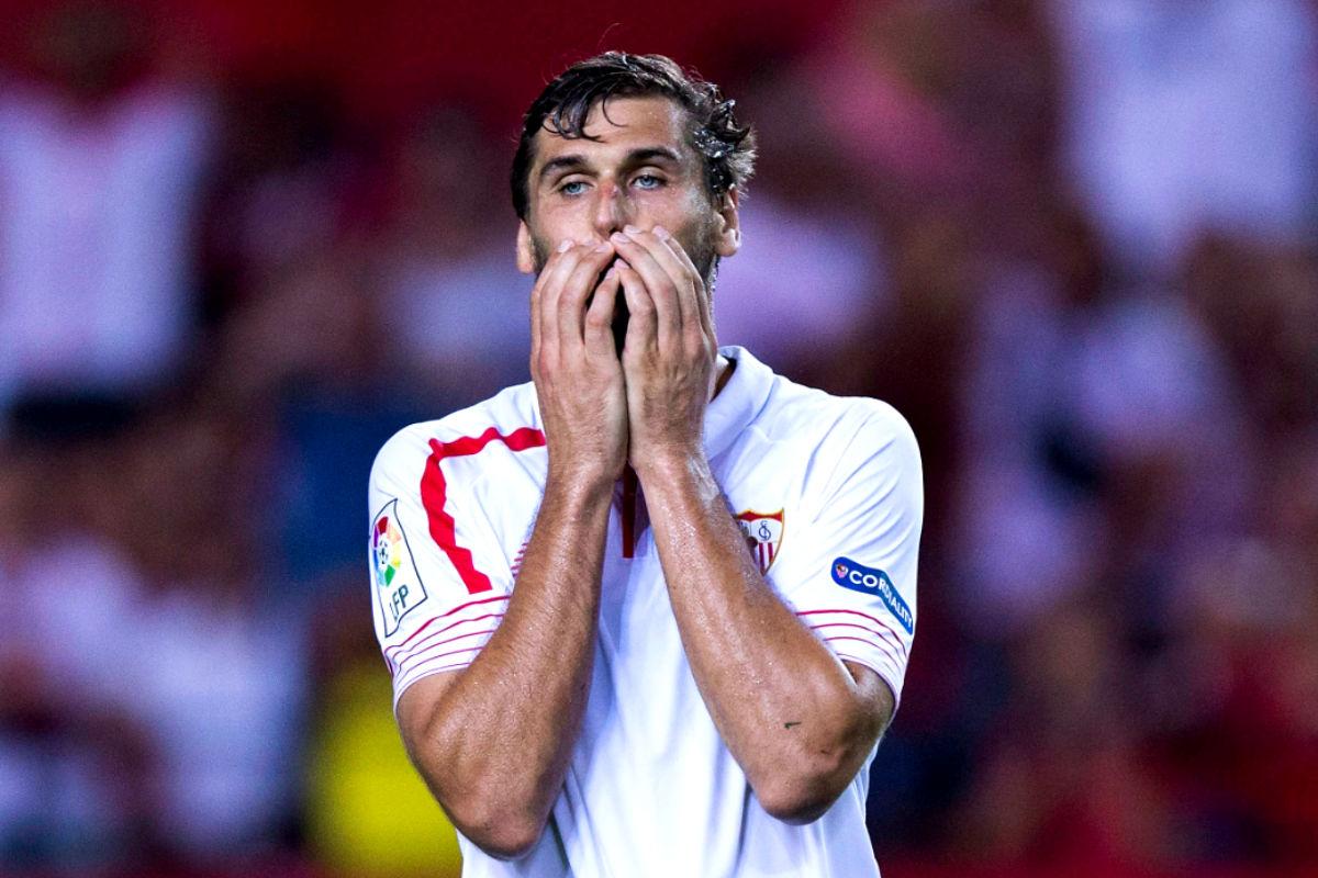 Llorente se lamenta de la derrota del Sevilla ante el Atlético en Liga (Getty)