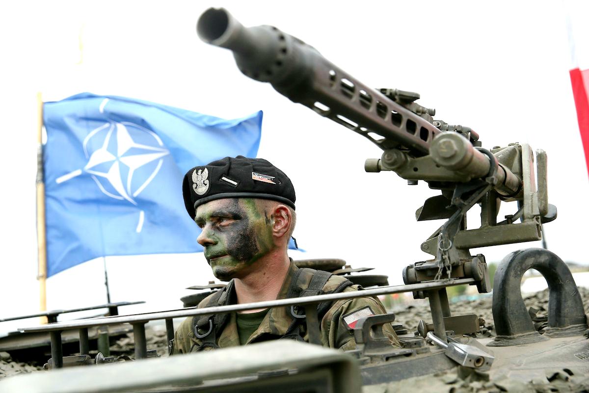 Soldado de la OTAN en su vehículo blindado (Getty)
