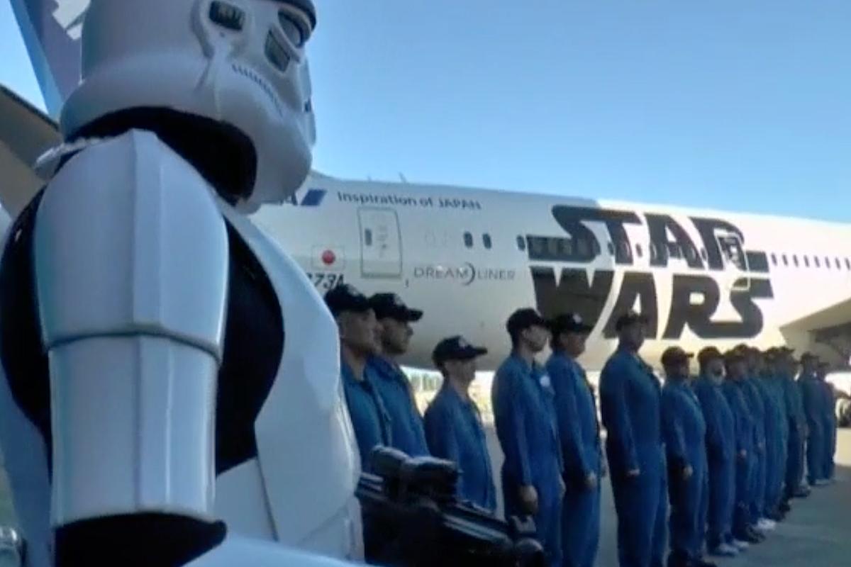 Un soldado imperial al lado del avión de Star Wars