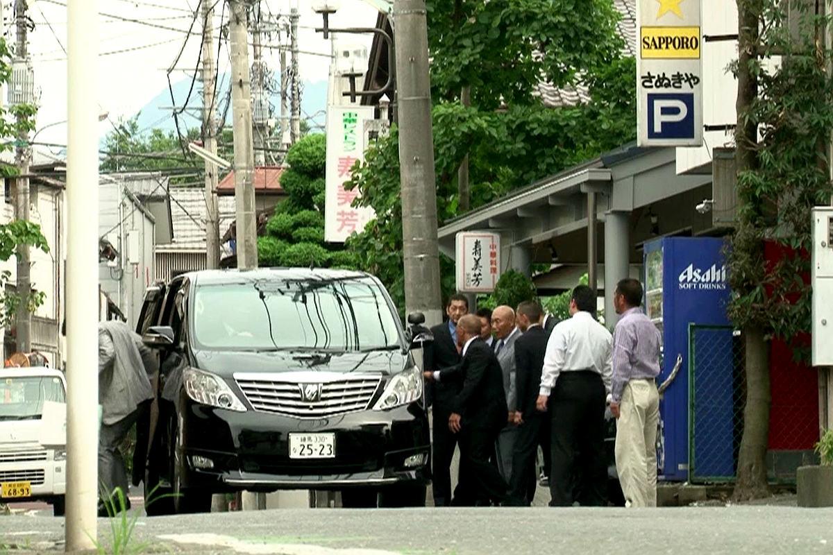 Miembros de la Yakuza recibiendo a un jefe. (Documental: El Ocaso de la Yakuza)