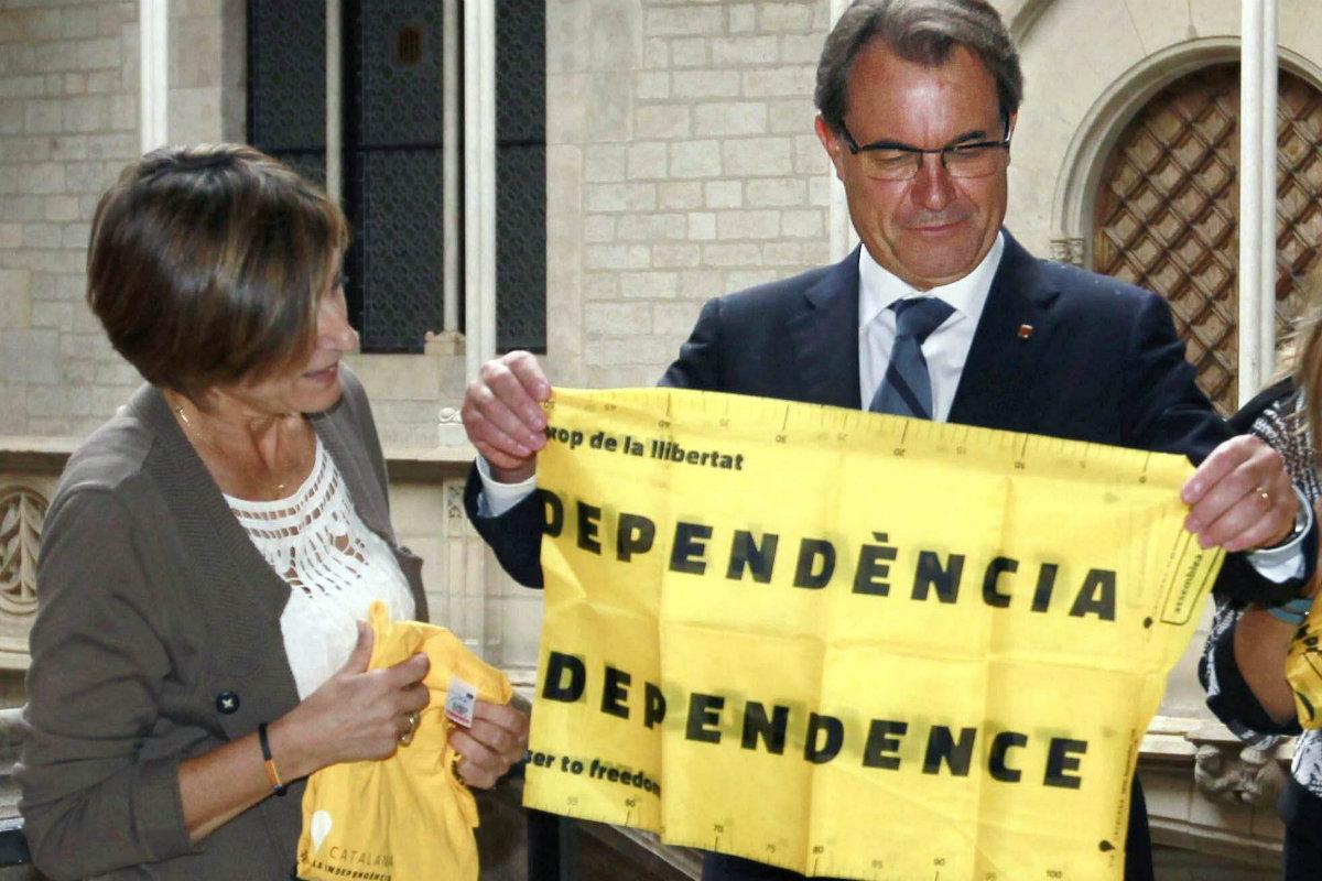 Artur Mas con un cartel por la independencia de Cataluña (Foto: Efe).