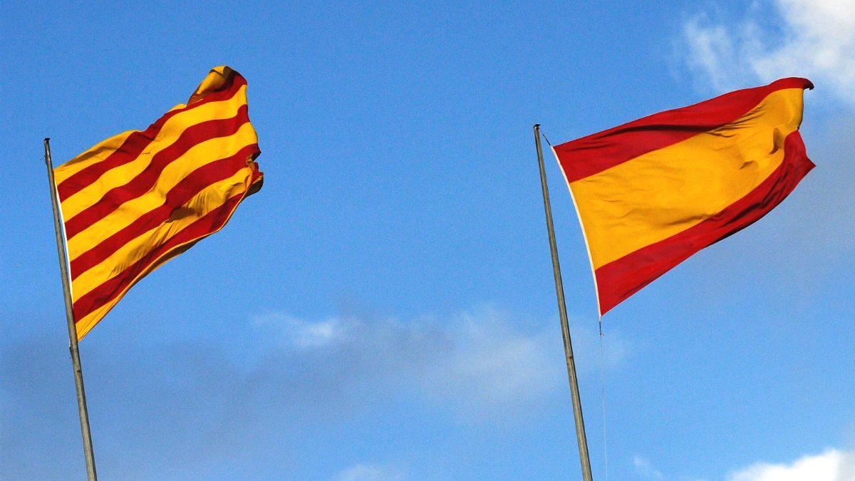 Banderas de Cataluña y España (Foto: GUETTY)