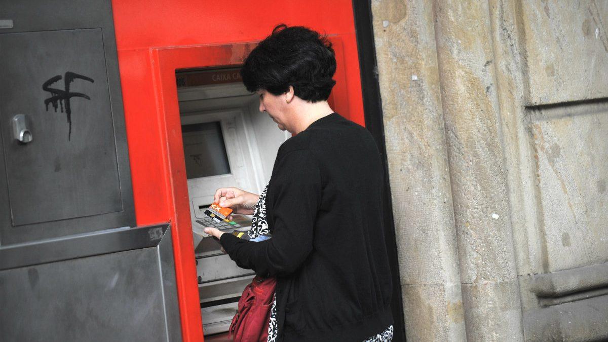 Una mujer extrae dinero de un cajero automático (Foto: GETTY).