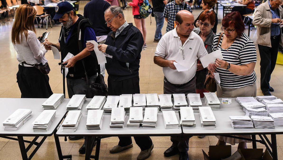 Un grupo de personas ante una mesa electoral (Foto: Getty)
