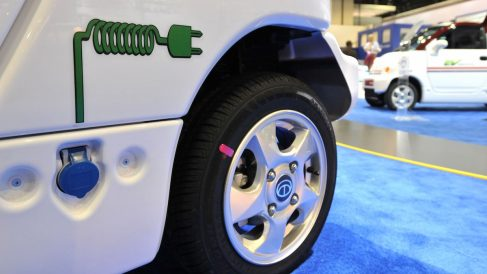 Los coches eléctricos siguen vendiéndose poco (Foto: GUETTY)