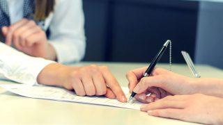 Firma de un contrato. (Foto: Getty/iStock)