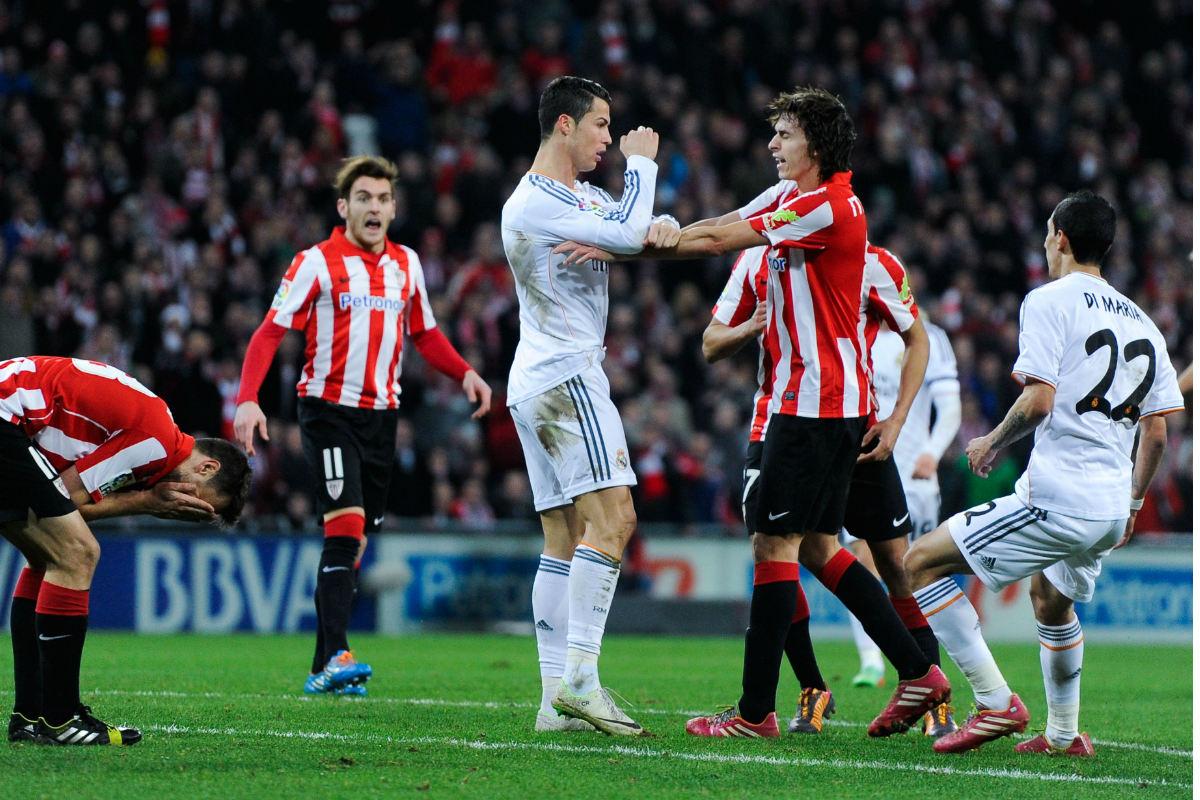 Cristiano Ronaldo se encara con Iturraspe en el partido de la temporada 2013-14. (Getty)