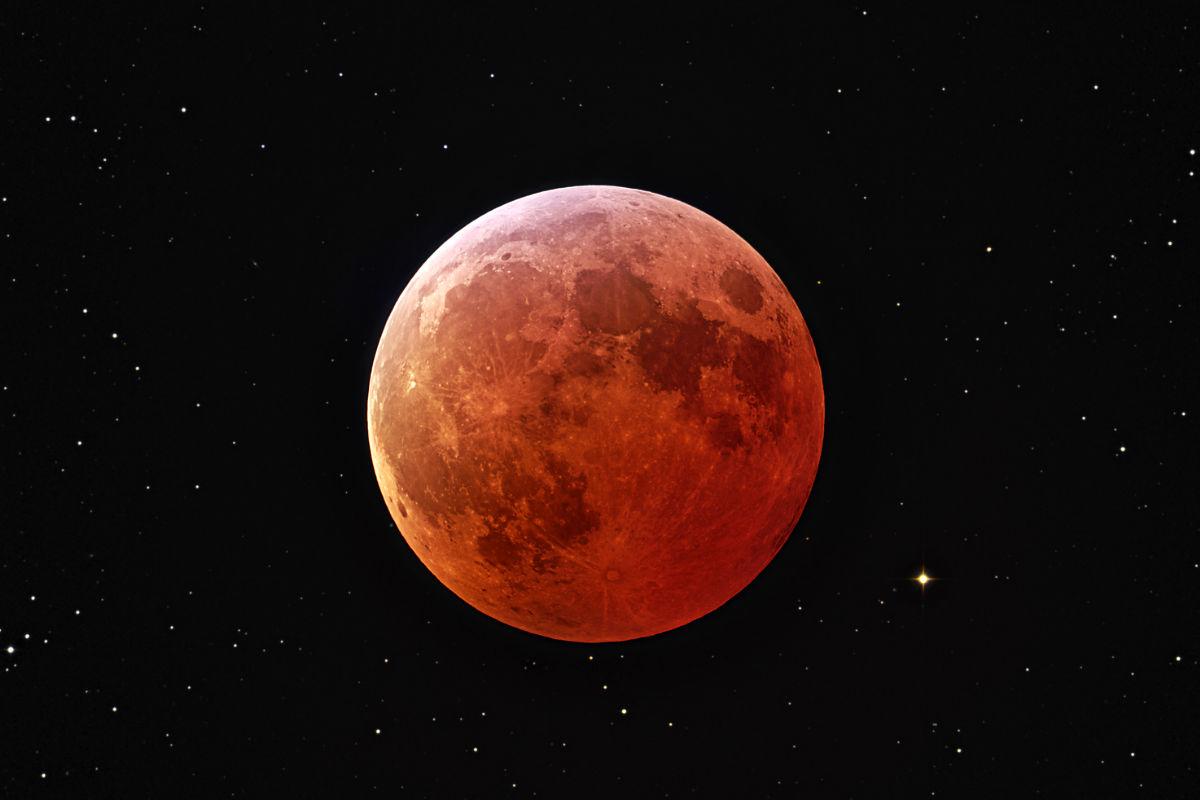 La luna con tono rojizo. (Foto: NASA)