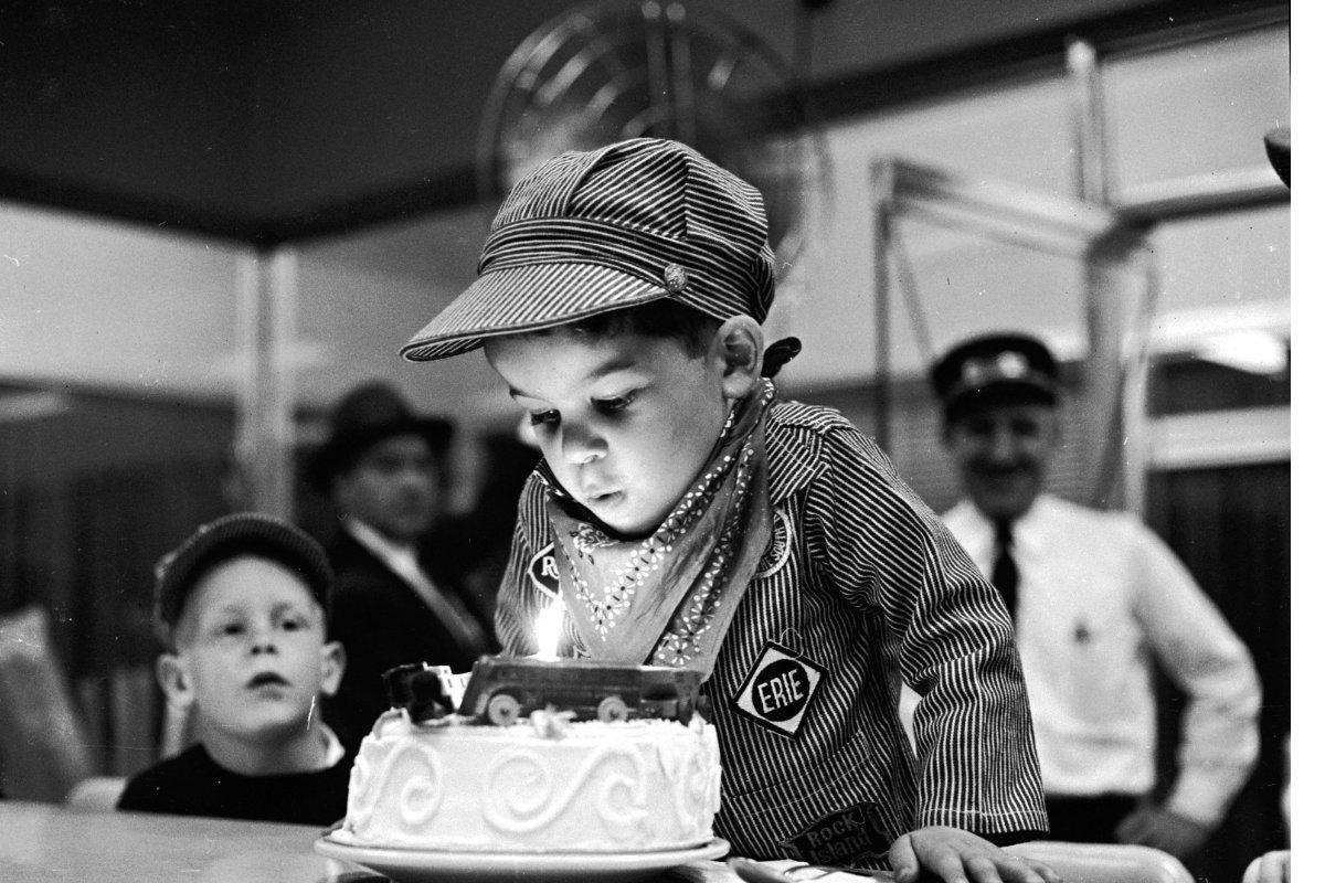 Un niño sopla las velas en 1958. (Foto: Getty)