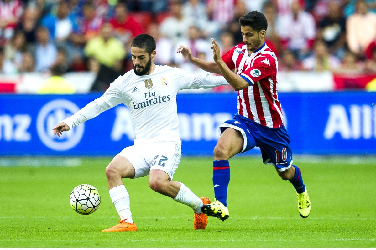 Isco controla el balón en el partido ante el Sporting