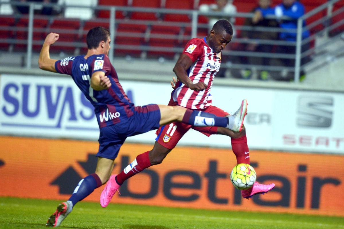 Jackson Martínez pelea por el balón ante Ander Capa en Ipurúa (Reuters)