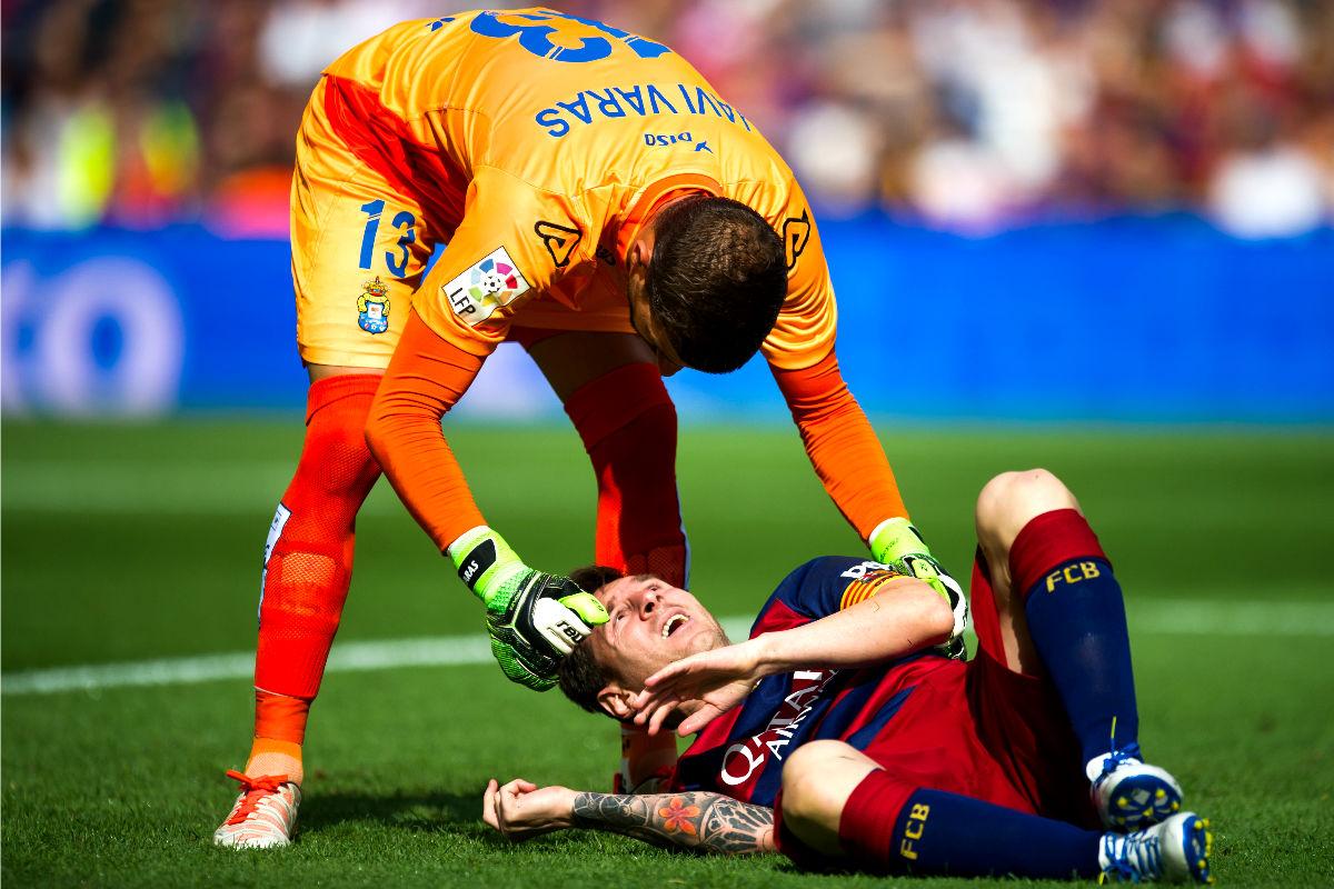 Messi, tumbado en el suelo tras sufrir una lesión. (Getty)