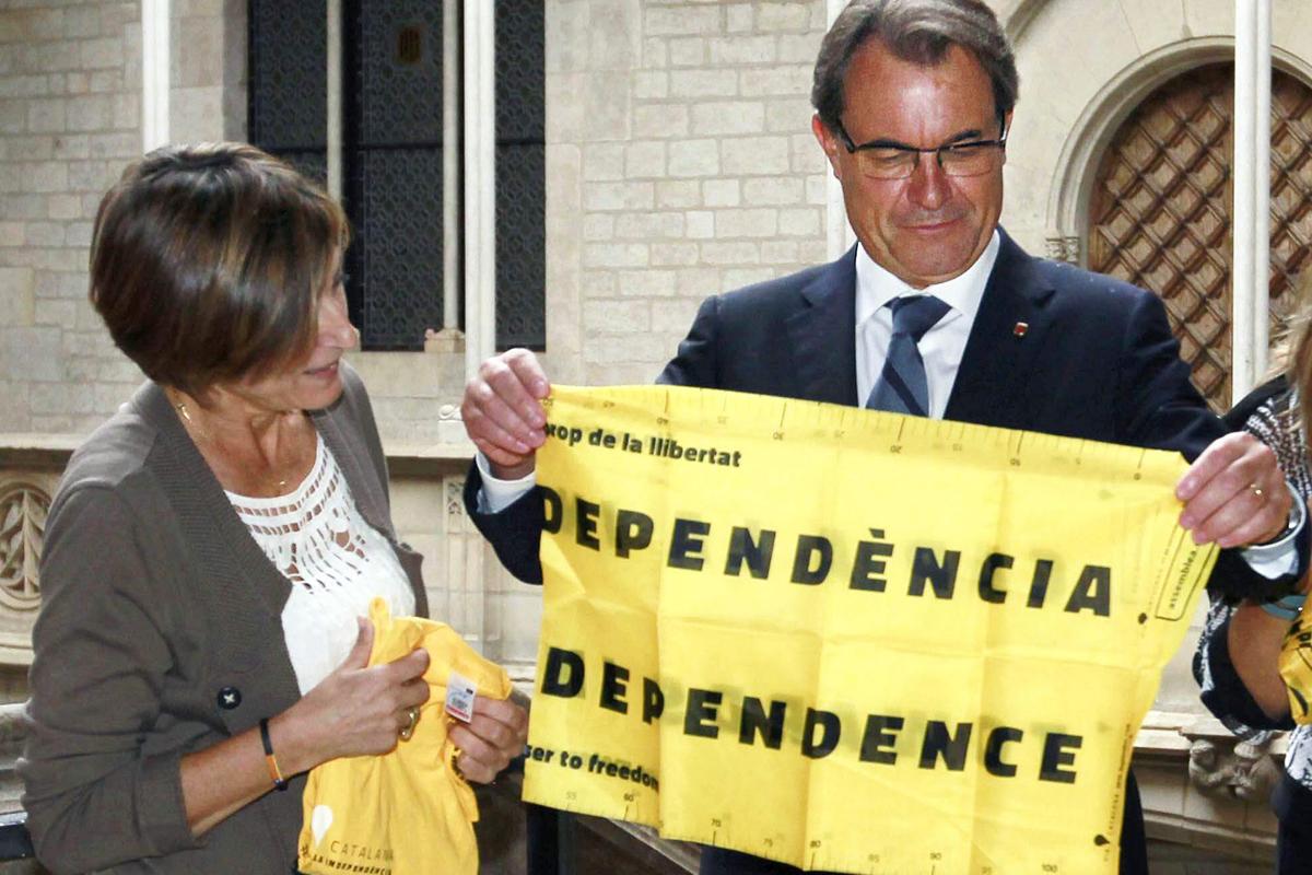Artur Mas con una bandera por la independencia (EFE).