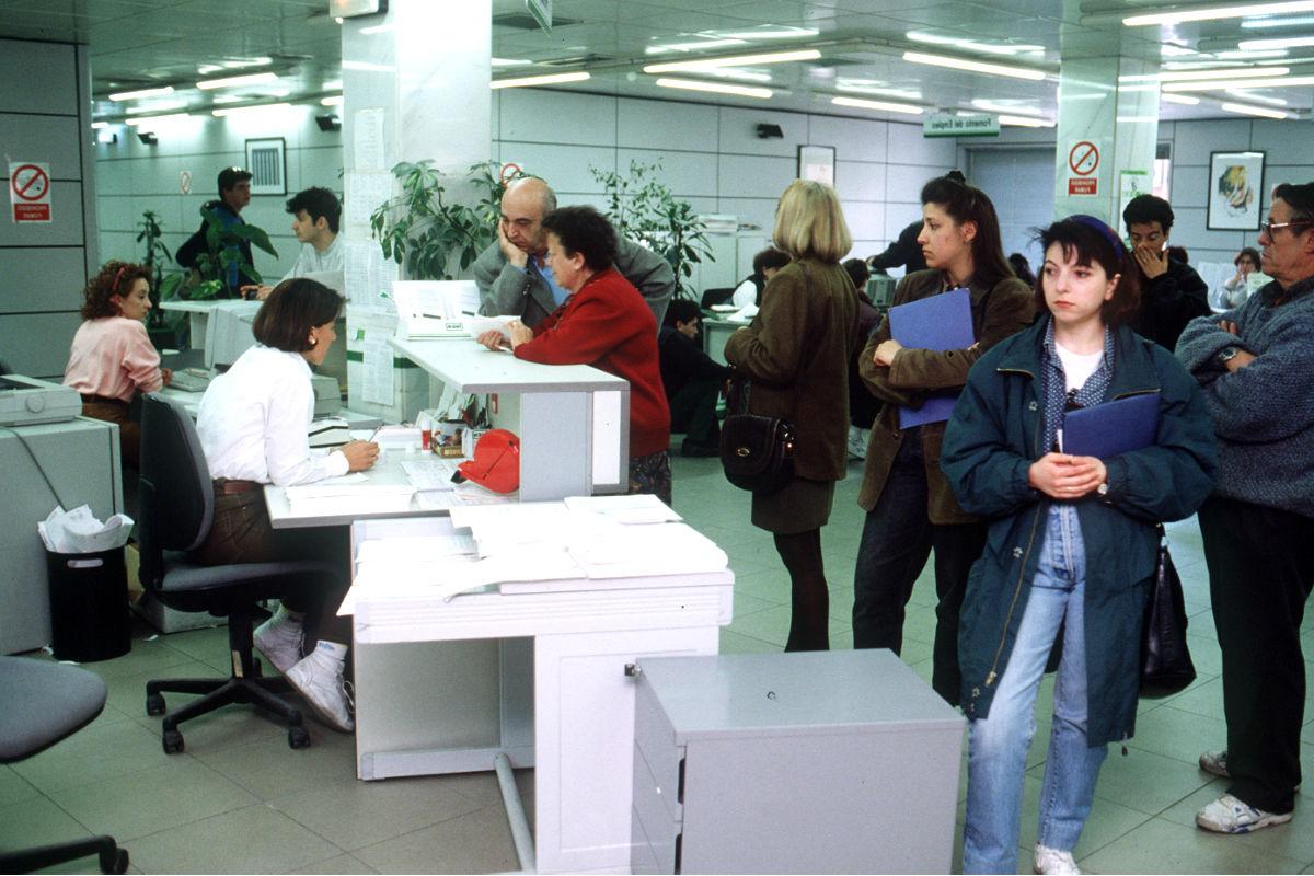 Ciudadanos en una oficina del paro. (Foto: Getty)