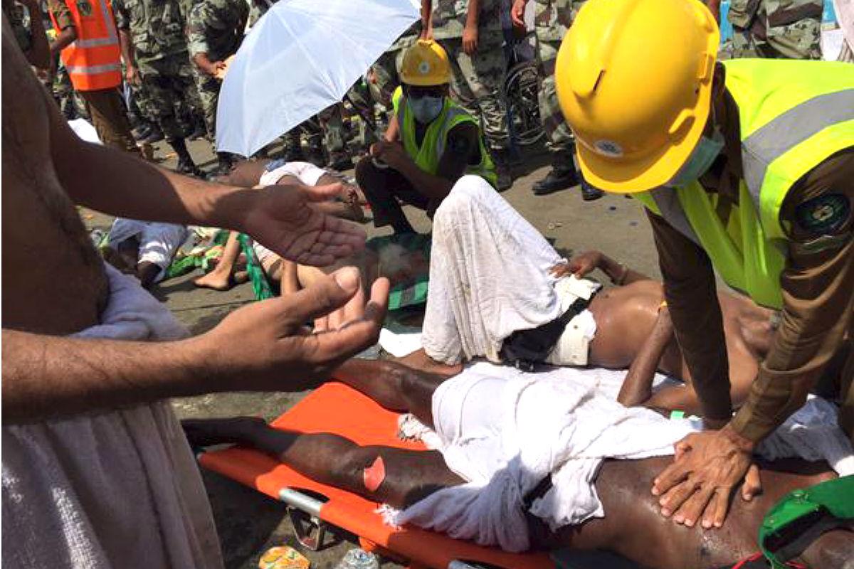 Los servicios de asistencia atienden a un peregrino herido (Foto