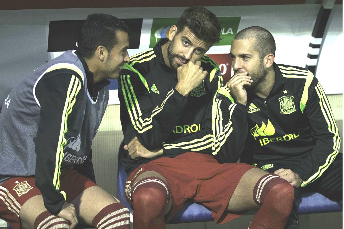Piqué, junto a Pedro y Jordi Alba, durante un partido de la selección española. (Getty)