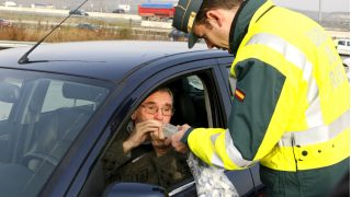 Control de alcoholemia realizado por la Guardia Civil (Foto: EFE)