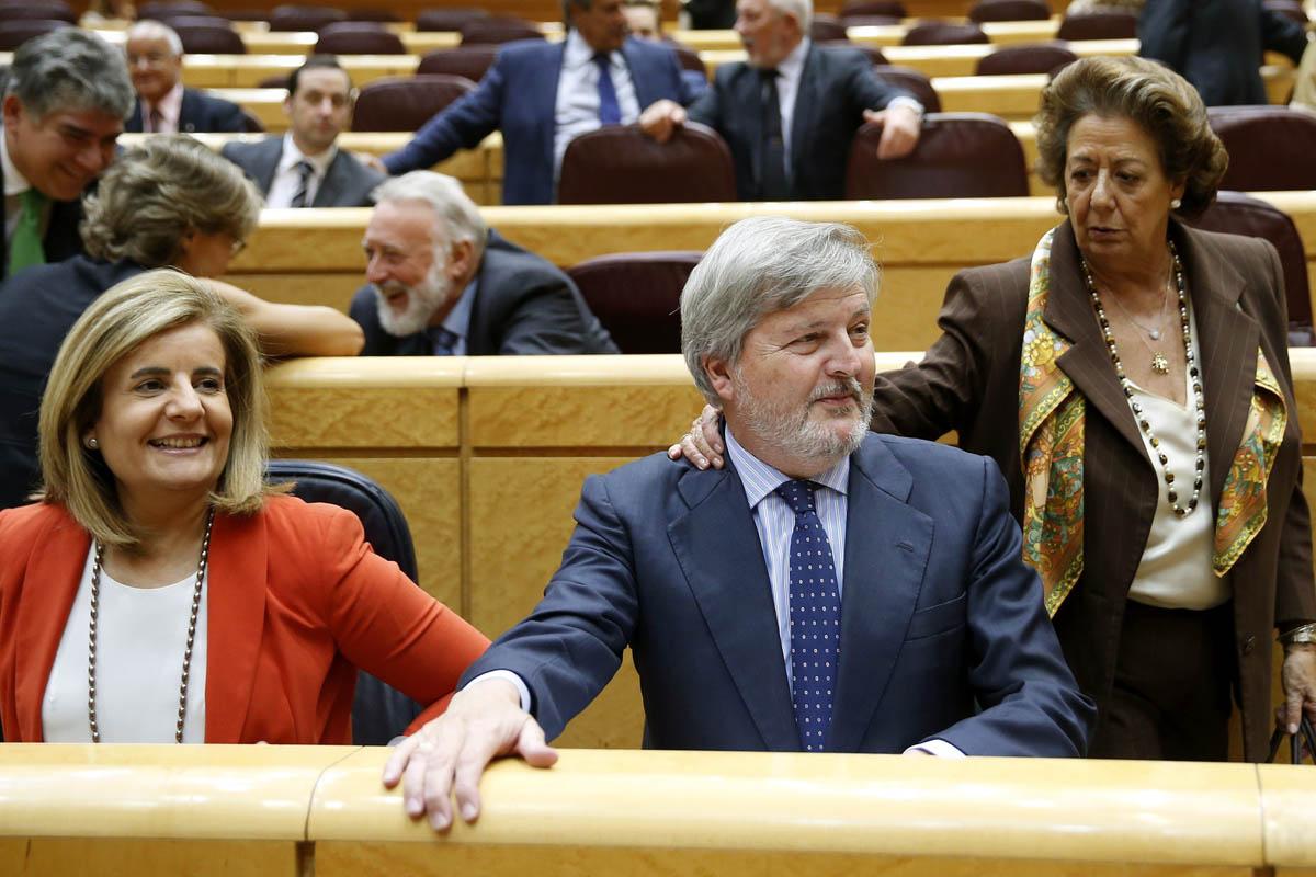 El ministro de Educación, Cultura y Deporte, Íñigo Méndez de Vigo, junto a la titular de Empleo, Fátima Báñez (i), y la senadora del PP, Rita Barberá, en la sesión de control al Gobierno hoy en el Senado. EFE/Chema Moya