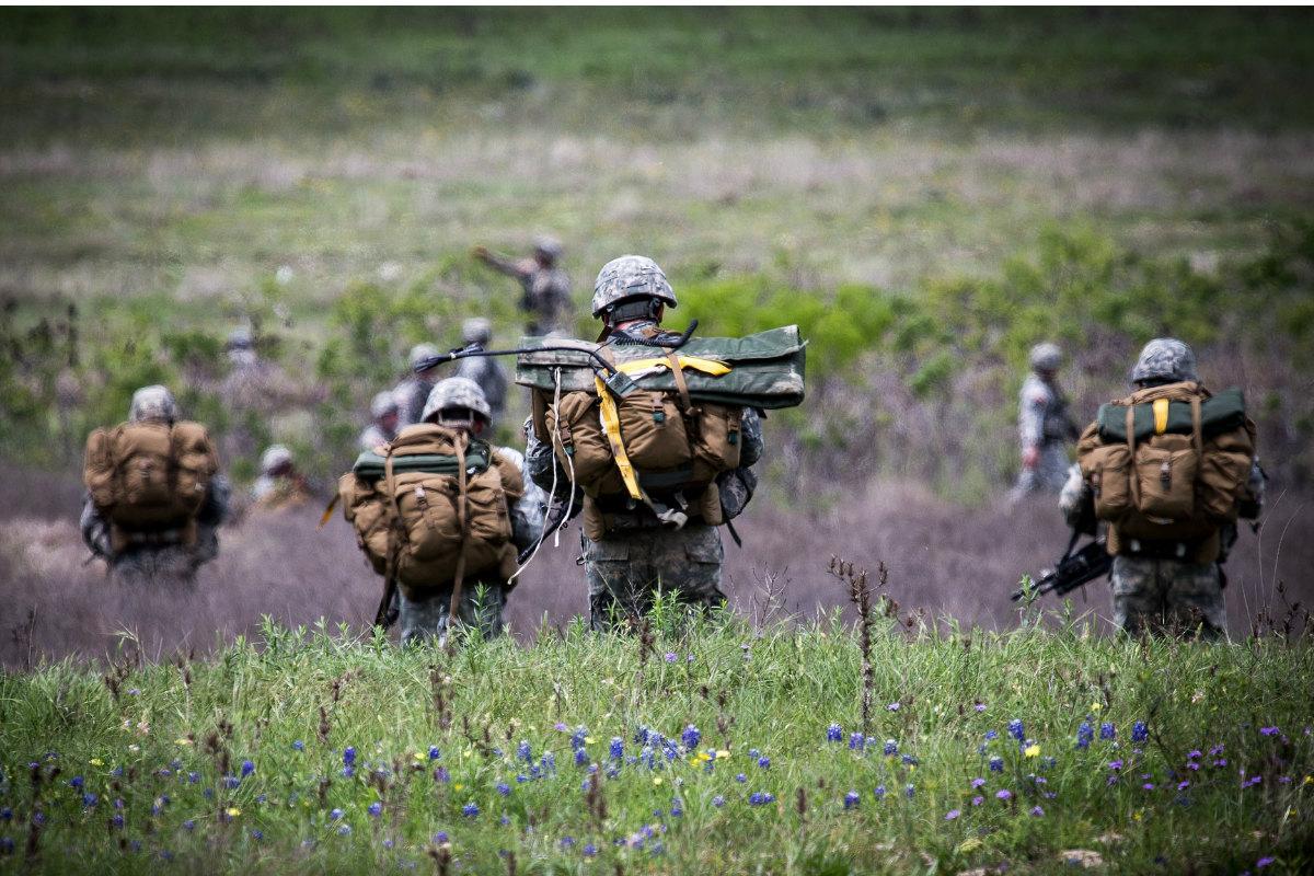 Soldados estadounidenses realizando ejercicios con carga. (Foto: Flickr de The U.S. Army)
