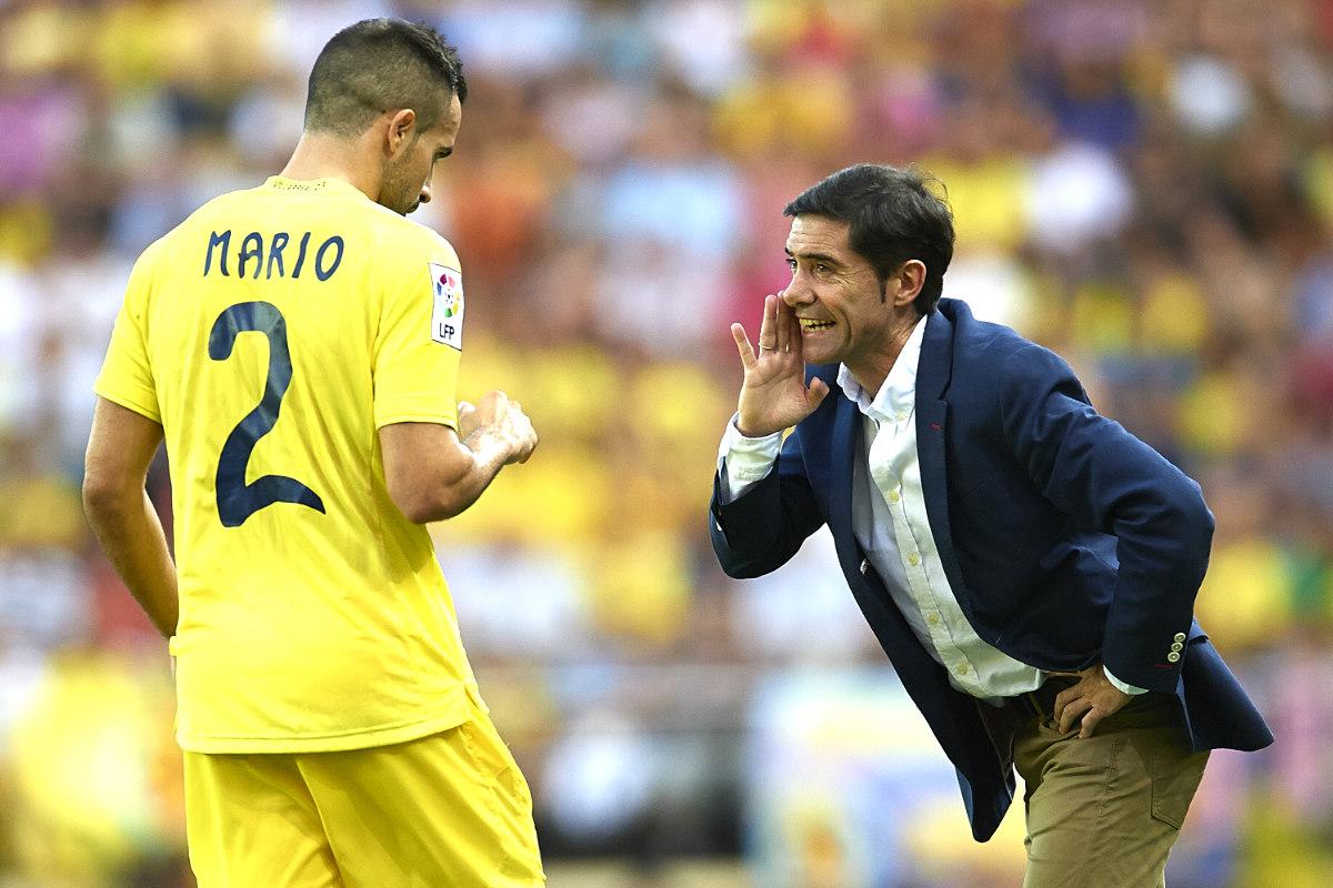 Marcelino, técnico del Villarreal, da órdenes a Mario. (Getty)