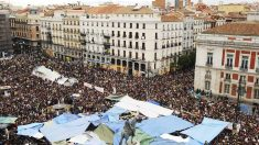 Vista aérea de la Puerta del Sol y las acampadas del 15M. (Foto: EFE)