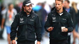 Alonso y Button toman un café en busca de soluciones.