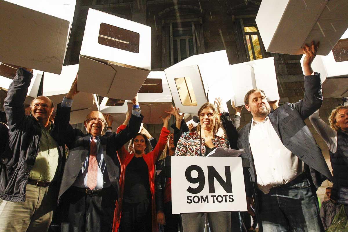 Miembros de Junts Pel Sí y la alcaldesa Ada Colau concentrados para apoyar a Rigau y Ortega. (Foto: EFE)