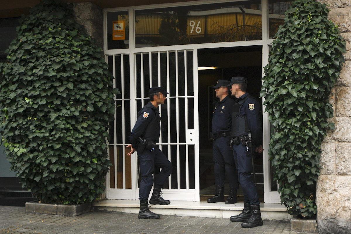 Agentes de la Policía Nacional apostados, esta mañana, ante la casa de Jordi Pujol Soley (Foto: Efe)