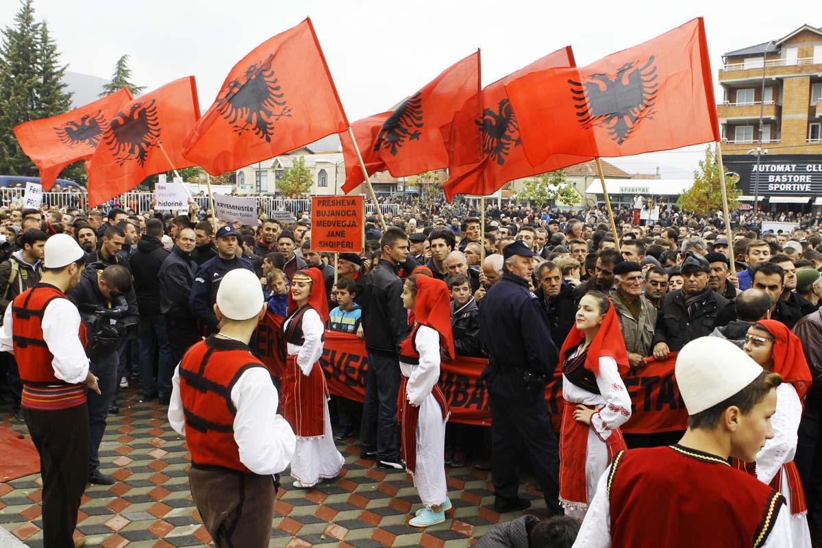 Banderas albanesas durante una reciente visita del primer ministro Rama a una de las varias ciudades serbias con mucha población albanesa (Getty)