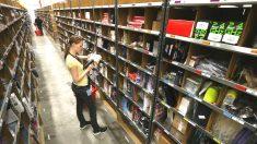 Una trabajadora de Amazon clasifica los productos en uno de los almacenes de la compañía. (Foto: GETTY)