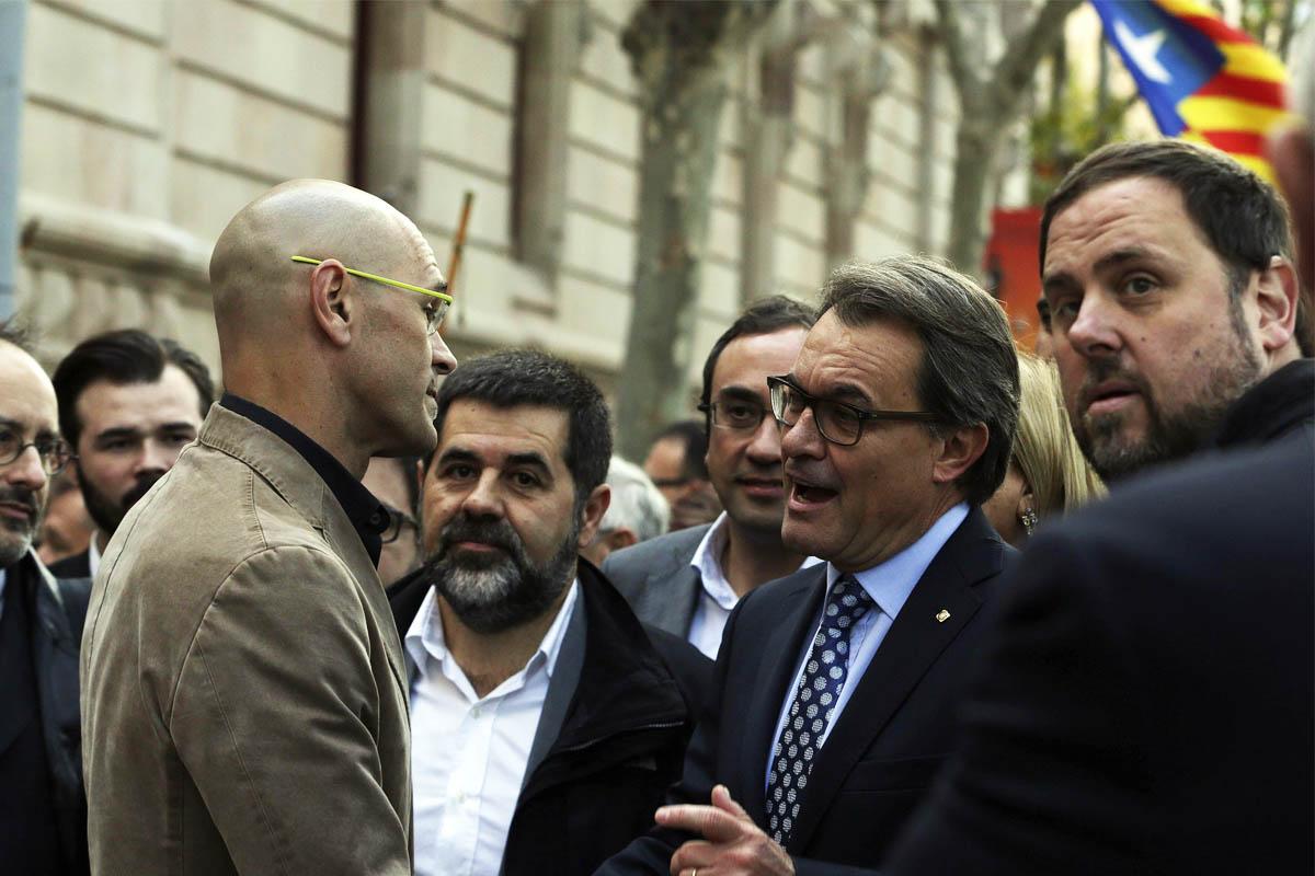 Artur Mas habla con Romeva a su llegada al juzgado, junto a él Oriol Junqueras. (Foto: EFE)