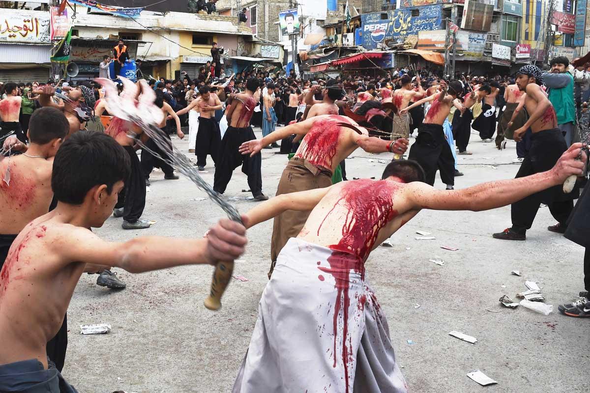 Fieles devotos chiíes se flagelan en las calles de Kerbala durante la celebración de la Ashura. (Foto: AFP)